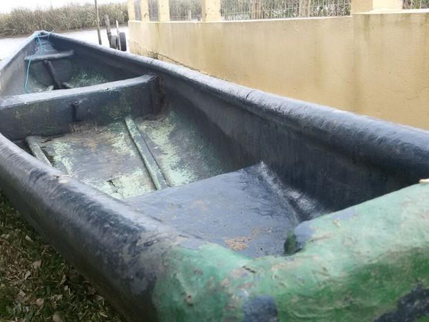 Barco de fibra que teria sido usado pelas crianças em Imbé (Foto: Juliano Posada Chimenes/RBS TV)