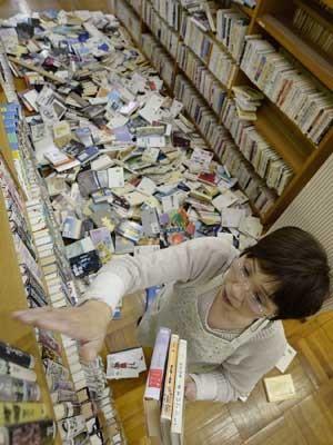 Tremor sacudiu prédio e espalhou livros de biblioteca em Hyogo, no oeste do Japão. (Foto: Kyodo News / AP Photo)