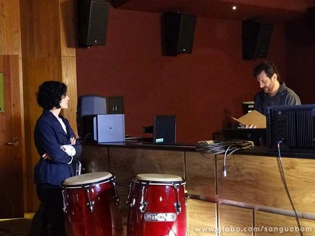 Verônica chega ao estúdio e mostra sua composição para o produtor musical (Foto: Sangue Bom/TV Globo)