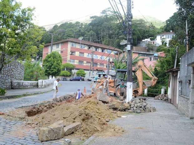 Retroescavadeira foi utilizada para chegar no local das obras, na Rua Sloper, no bairro Alto (Foto: Jorge Maravilha/Prefeitura de Teresópolis)