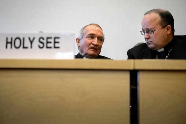 O embaixador do Vaticano na ONU, monsenhor Silvano Tomasi, à esquerda, fala com o ex-responsável por investiga abusos na Igreja Charles Scicluna, antes do início de seu questionamento (Foto: Fabrice Coffrini/AFP)