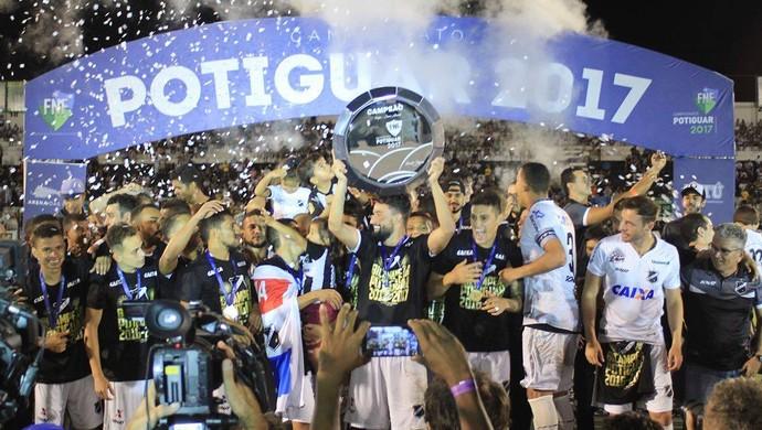 ABC x Globo FC, no Estádio Frasqueirão - Nando taça campeão (Foto: Fabiano de Oliveira/GloboEsporte.com)
