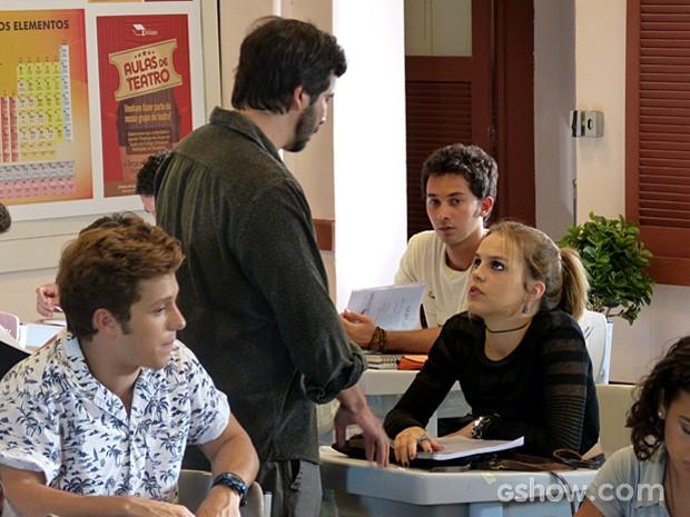 Anita pede a Virgílio para sair da sala durante a aula (Foto: Malhação / TV Globo)
