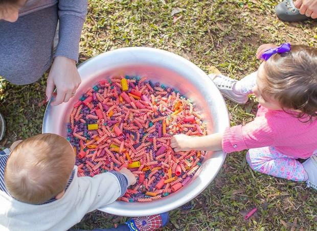 Na estação Primeira Infância, as crianças podem experimentar recursos lúdicos para descoberta motora e sensorial com cores, texturas, sons e cheiros (Foto: Divulgação / SlowKids)