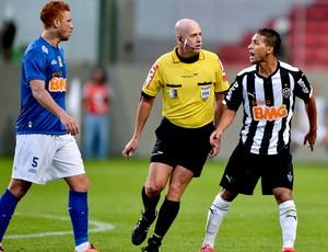 Heber Roberto Lopes árbitro jogo Cruzeiro x Atlético-MG Brasileirão (Foto: Getty Images)