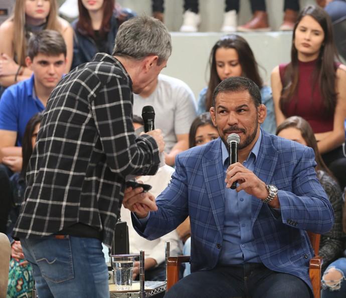 Minotauro dá uma encarada em Serginho Groisman (Foto: Carol Caminha/Gshow)