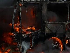 Ônibus pega fogo no meio da rua em Corumbá (Foto: Reprodução/TV Morena)