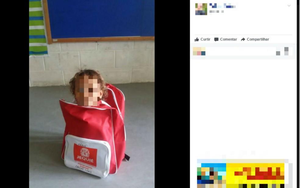 Prefeitura de Jequié, na região sudoeste, entregou mochilas que tem quase o mesmo tamanho de alunos da creche municipal (Foto: Reprodução/Facebook)