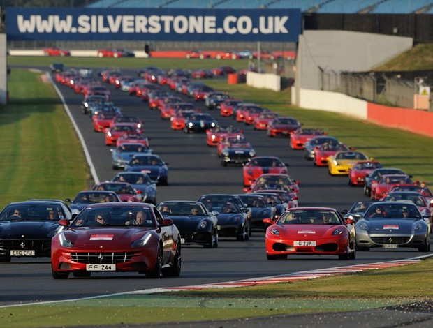 Desfile de 946 carros da Ferrari em Silverstone (Foto: Divulgação)