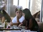 Bruno Gissoni almoça com a namorada no Rio