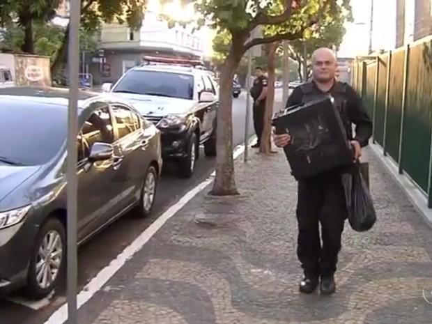 Computador apreendido pela polícia em Araçatuba (Foto: Reprodução/ TV TEM)
