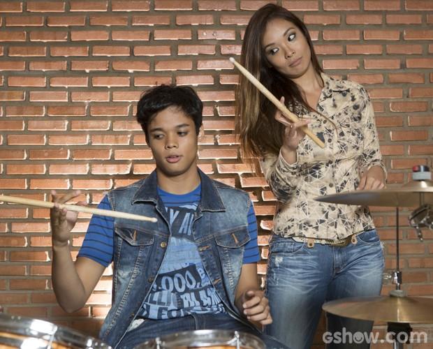 Juan mostra talento girando a baqueta e Nakamura tenta aprender com o filho (Foto: Felipe Monteiro / TV Globo)
