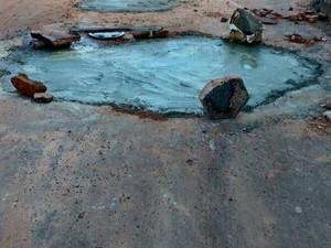 Moradores se uniram para tampar buraco (Foto: Reprodução/Enquanto Isso em Araguaína)