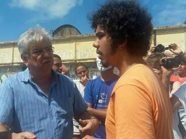 Anderson Pacheco (de azul) garante que homem armado não é funcionário do Trem do Forró (Foto: Moema França/G1)