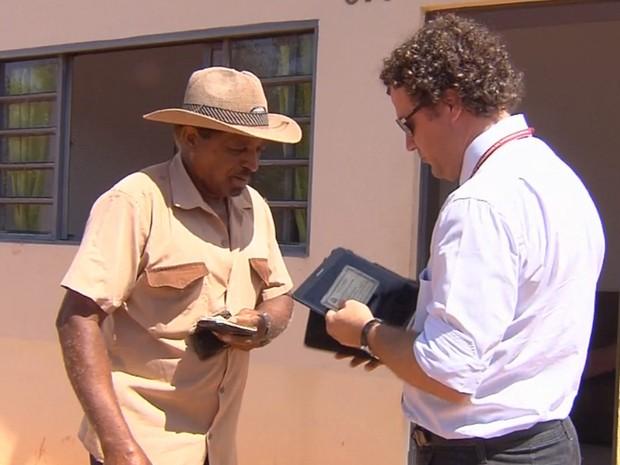 Agente do Creci fiscaliza documentação de casa em Penápolis (Foto: Reprodução / TV TEM)