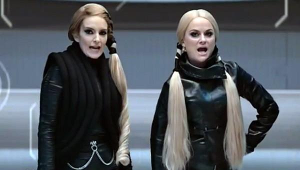 Amy Pohler e Tina Fey em paródia de 'Bad Blood' (Foto: Reprodução)