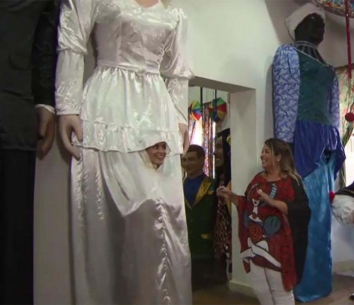 Angélica se arrisca no bonecão de Olinda (Foto: TV Globo)