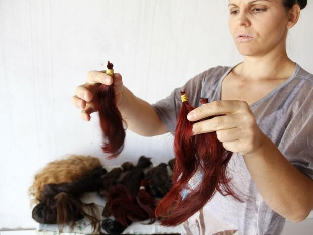 Márcia exibe cabelos doados por moradores da cidade de São Carlos (Foto: Fabio Rodrigues/G1)