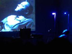 Performer Nando Lima Ciberperformance Morgue Insano and Cool (Foto: Divulgação)