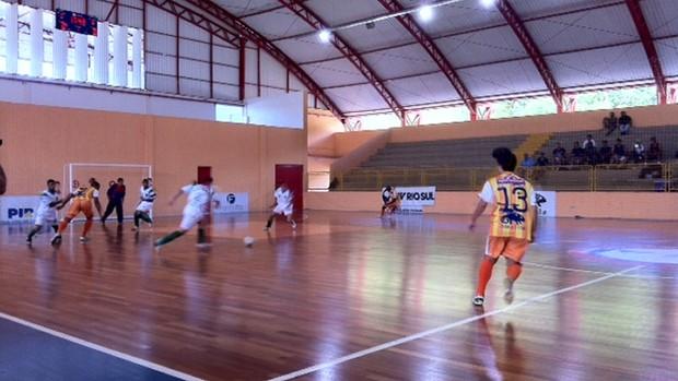 Piraí venceu Resende e garantiu 100% de aproveitamento na Copa Rio Sul de Futsal (Foto: Annamaria Bonanomi/TV Rio Sul)