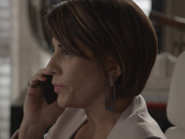 Brinco de Beatriz dá toque especial conforme ela se movimenta (Foto: TV Globo)