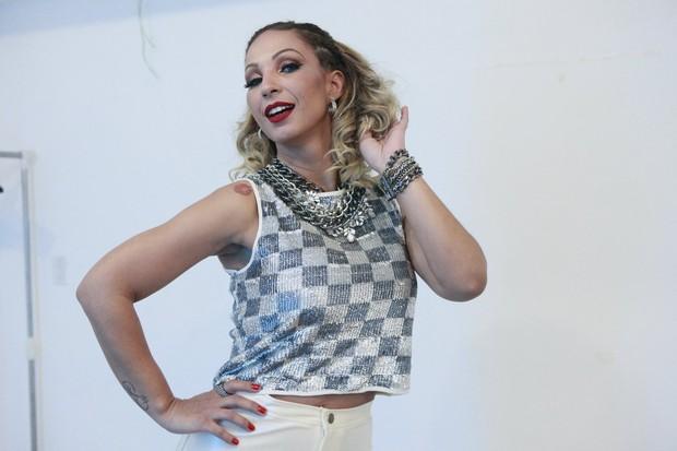 Valesca Popozuda no camarim antes de show no Rio (Foto: Isac Luz/EGO)