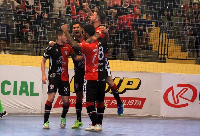 Jogadores do Joinville comemoram a vitória sobre o Corinthians (Foto: Reprodução/Twitter)
