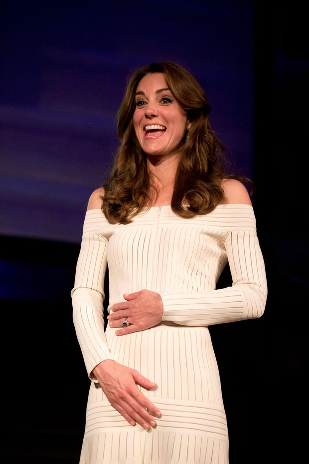 bfb1158d8 EGO - Kate Middleton usa vestido sexy e comportado desenhado por ...