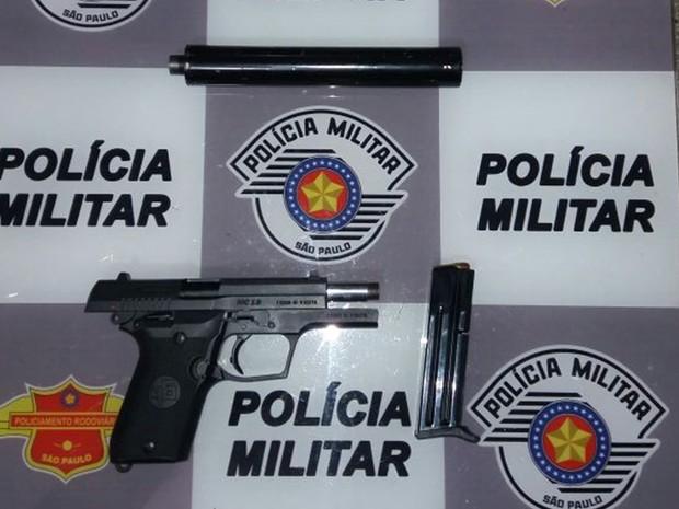 Polícia apreendeu pistola, munições e silenciador (Foto: Divulgação/Polícia Militar)
