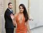 Lea Michele capricha no decote para participar de programa de TV