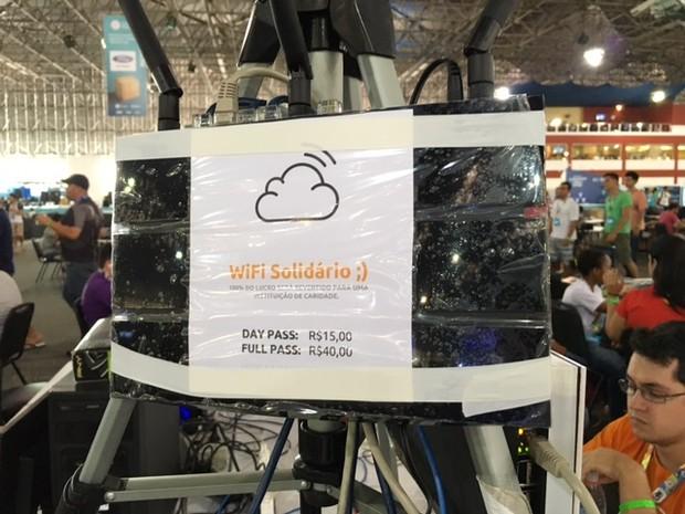 Placa faz propaganda do 'Wi-Fi solidário' na Campus Party (Foto: Cauê Fabiano/G1)