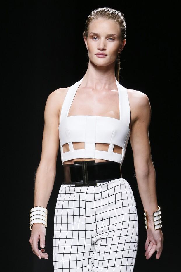 Rosie Huntington Whiteley desfila para Balmain na semana de moda de Paris (Foto: AFP)