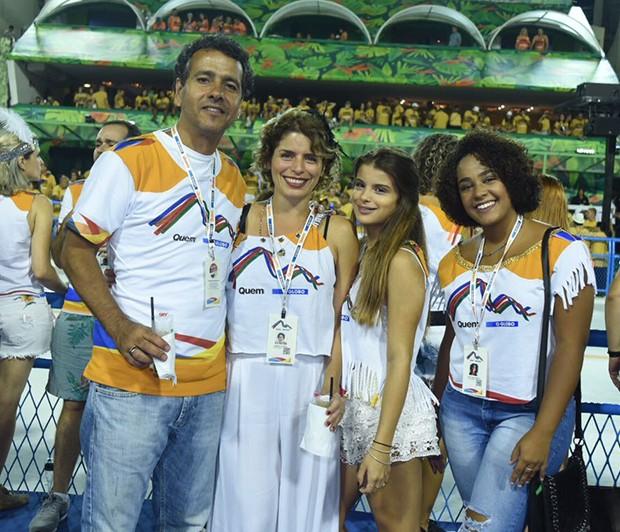 Marcos Palmeira e a mulher, Gabriela Gastal, a enteada, Alice Gastal, e a amiga Thaís Nascimento (Foto: Renato Wrobel/ Ed. Globo)