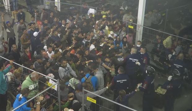 """Um vídeo gravado de maneira oculta dentro do maior campo de migrantes na Hungria, na fronteira com a Sérvia, mostra as condições """"desumanas"""" da distribuição de alimentos (Foto: Reprodução/YouTube/Sprido08)"""
