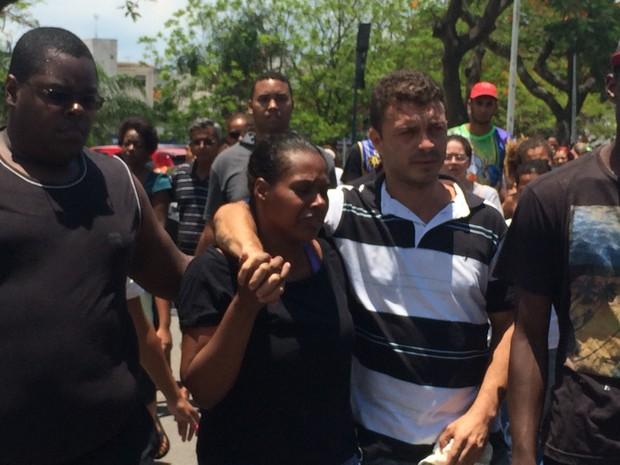 Carla Oliveira, mãe do menino Gabriel, precisou ser amparada por familiares durante enterro do filho no Rio (Foto: Mariana Cardoso/G1)