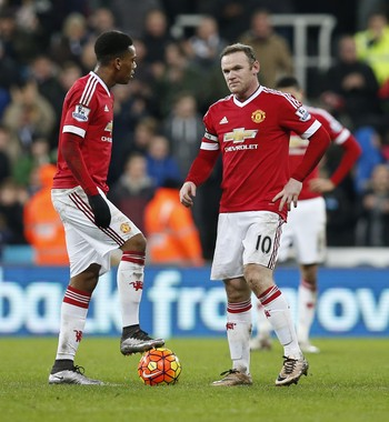 Rooney e Martial Manchester United x Newcastle (Foto: Reuters)