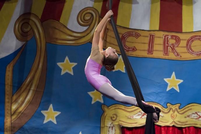 Isa Pagnota em apresentação de tecido acrobático em Valinhos (SP) (Foto: Arquivo Pessoal )