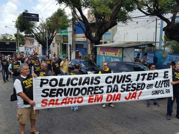 Em caminhada, servidores saíram da sede do Sinpol e foram protestar em frente à Assembleia Legislativa (Foto: Divulgação/Sinpol-RN)