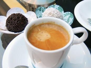 Café e brigadeiro (Foto: Renato Lobato/G1)