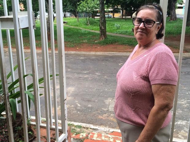 Aposentada Maria Eunice mora em casa em frente a uma praça de Goiânia, Goiás (Foto: Vitor Santana/G1)