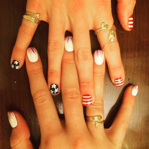 Cierra Runge e Missy Franklin, da equipe de natação dos EUA, mostram suas unhas decoradas (Foto: Reprodução/ Instagram)