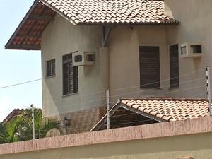 Cativeiro ficava no Porto das Dunas, área de residências luxuosas da Grande Fortaleza (Foto: TV Verdes Mares/Reprodução)