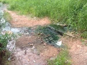 Moradores dizem que água despejada vem de residências localizadas na Rua Claudomiro de Moraes (Foto: Jéssica Alves/G1)