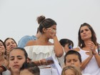 Flávia Alessandra e Giulia Costa se emocionam em evento com refugiados
