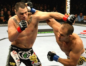 Junior dos Santos Cigano acerta soco em Cain no UFC (Foto: Getty Images)