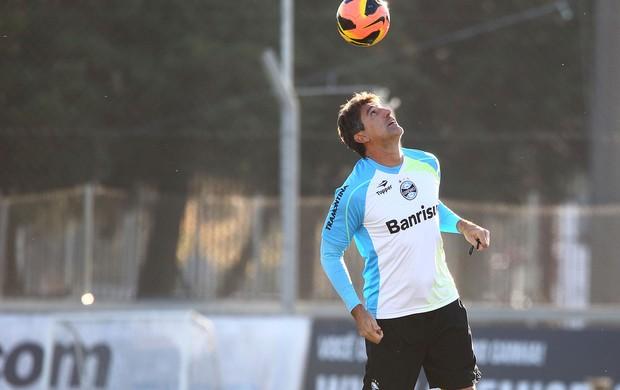 Renato Gaúcho brinca com a bola em treino do Grêmio (Foto: Lucas Uebel/Grêmio FBPA)