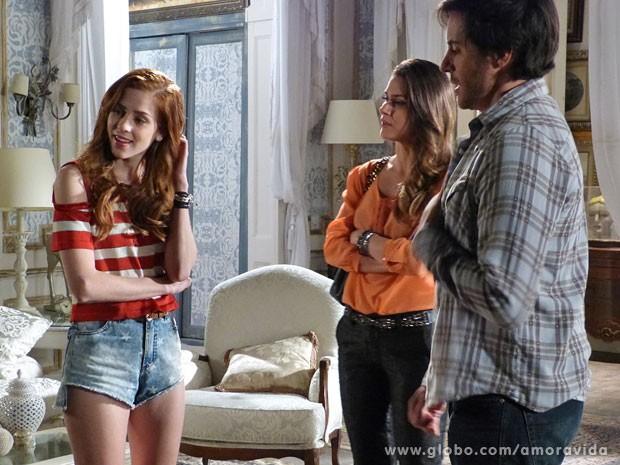 Leila a princípio fica com ciúmes de Natasha a sós com Thales no quarto (Foto: Amor à Vida/TV Globo)