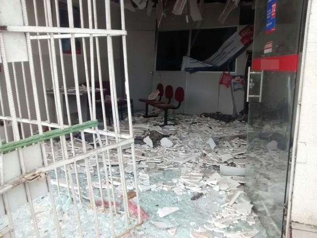 Parte da agência ficou destruída por causa das explosões realizadas na madrugada desta quarta-feira (22) em Remígio (Foto: Anne Costa/TV Paraíba)