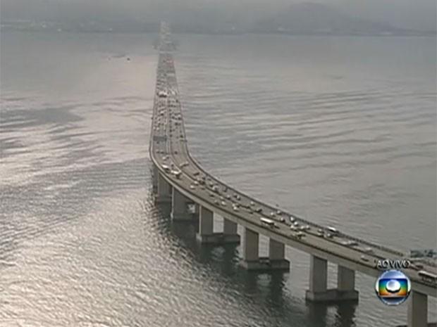 Previsão é de que 250 mil veículos passem pela Ponte Rio-Niterói no feriadão (Foto: Reprodução / TV Globo)