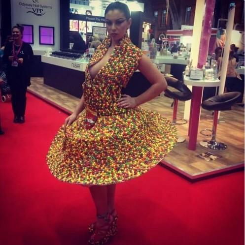 Sarah e seu famoso vestido de Skittles